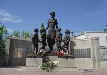 Казань, мы с тобой: оренбуржцы несут цветы и игрушки к памятнику первой учительнице на Советской