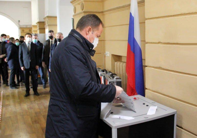 Полпред президента в Приволжье Игорь Комаров проголосовал на избирательном участке в Нижнем Новгороде